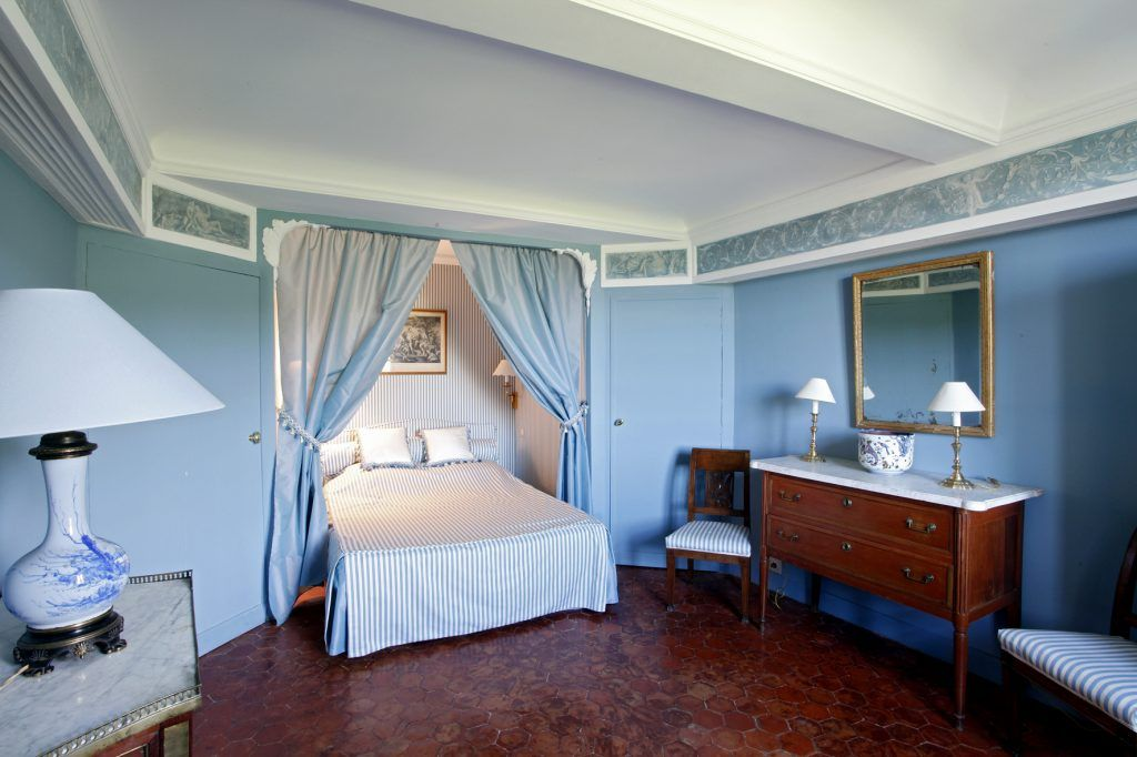 Chambre dans le château, avec meubles d\'époque Louis XVI et alcôve ...