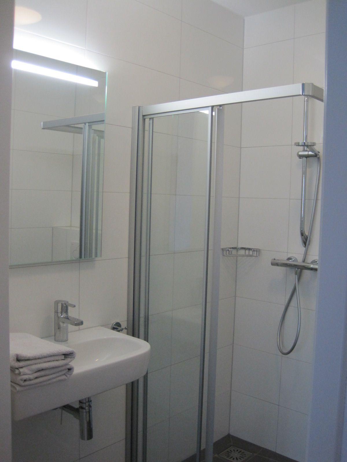 iedere slaapkamer heeft een eigen badkamer met wastafel douche