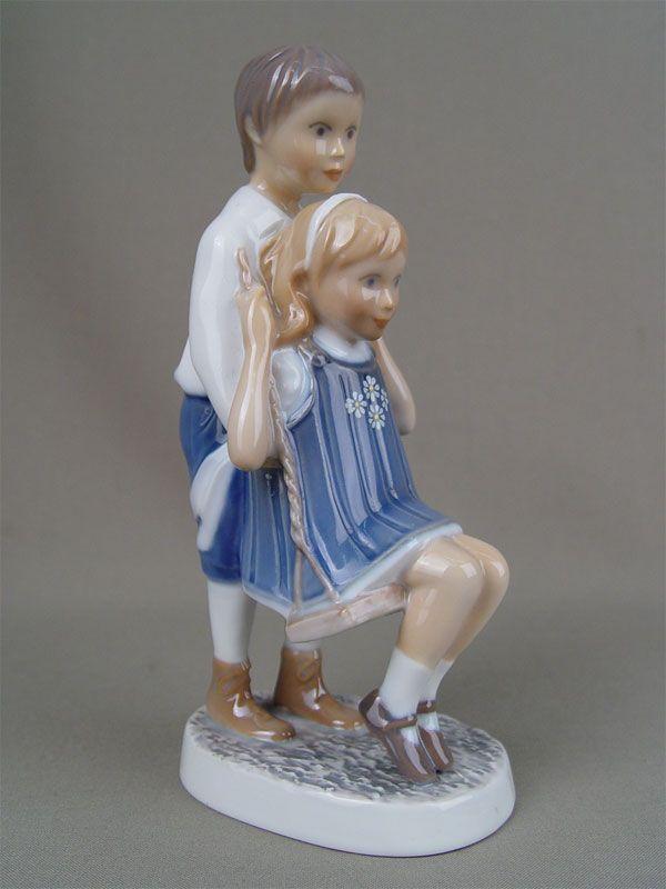 «Мальчик и девочка на качелях», фарфор, роспись подглазурная. Дания, B&G, высота — 18 см  Цена — 9000 руб.