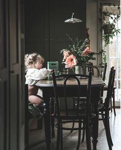 Gemütliche Weihnachtsberührungen im schwedischen Haus von Anna Kubel – Erica Wynter – Gemütliche C …