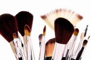 CLEAN YOUR MAKE UP BRUSHES