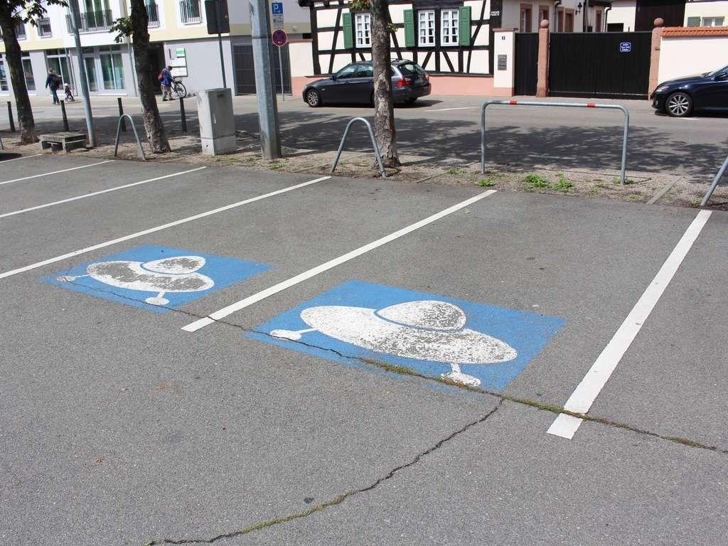auf dem parkplatz alter messplatz in schwetzingen sind zwei ufo, Wohnzimmer
