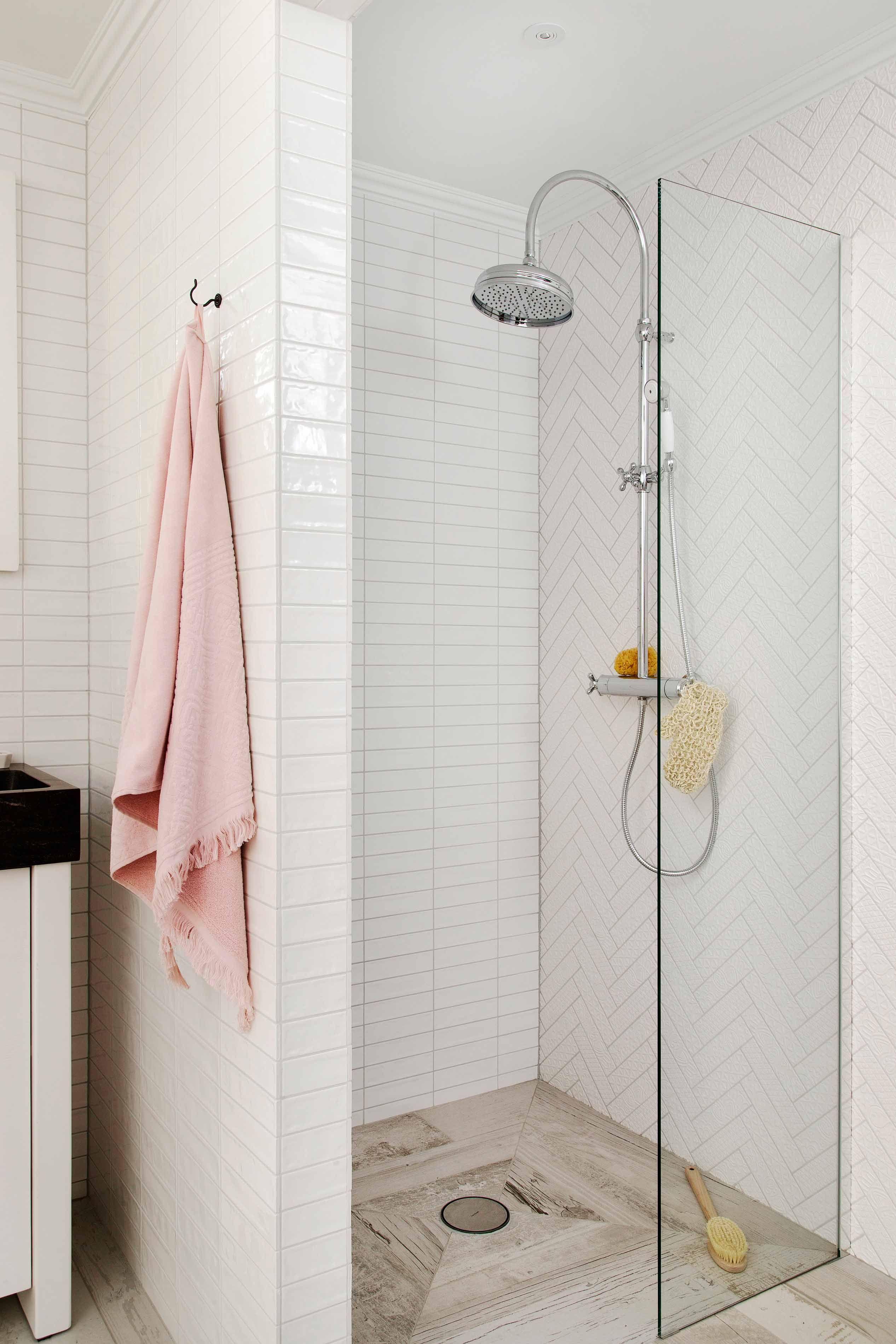de kleine douchewand houdt spetters tegen maar u kunt wel vrij de