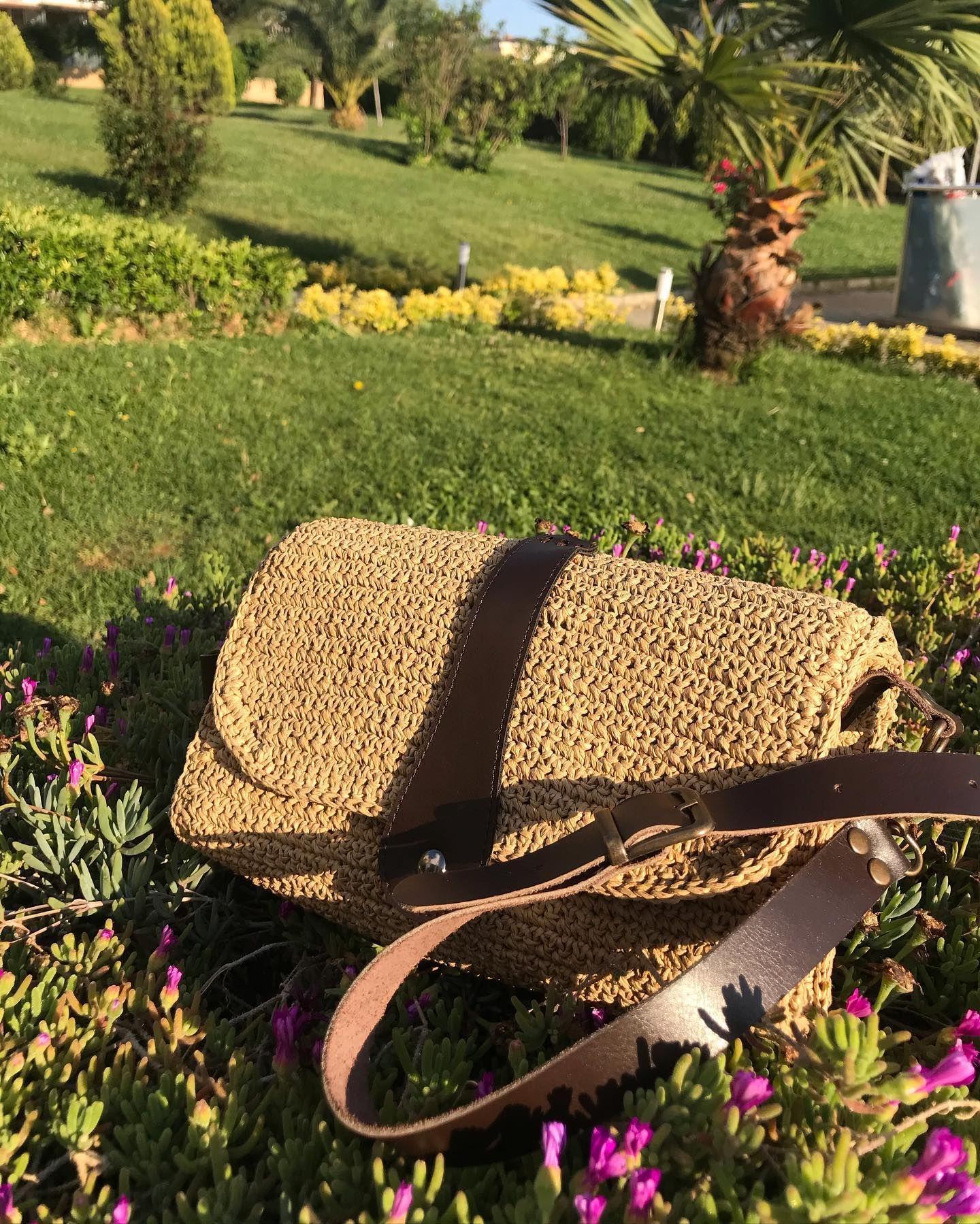 Çok özel biri olan, sevgili öğretmenimiz @hulya_ozdemir87 için hazırlanan gerçek deri saplı hasır çantam 🥰 bayramdan hemen sonra ✈️ Diyarbakır yolcusu. . . . . #kağıtip #çantaaşkı #örgüçanta #örgüçantamodelleri #handmadebag #handmadebags #crochetbag #crochetbags #elyapımıçanta #elyapimicanta #derisap #kağıtipçanta #baglovers #bagstyle