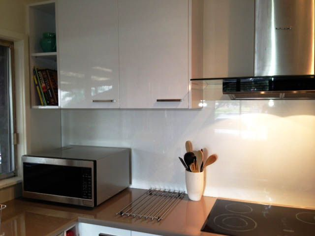 This kitchen splashback in laminex metaline argente perle for Laminex kitchen ideas