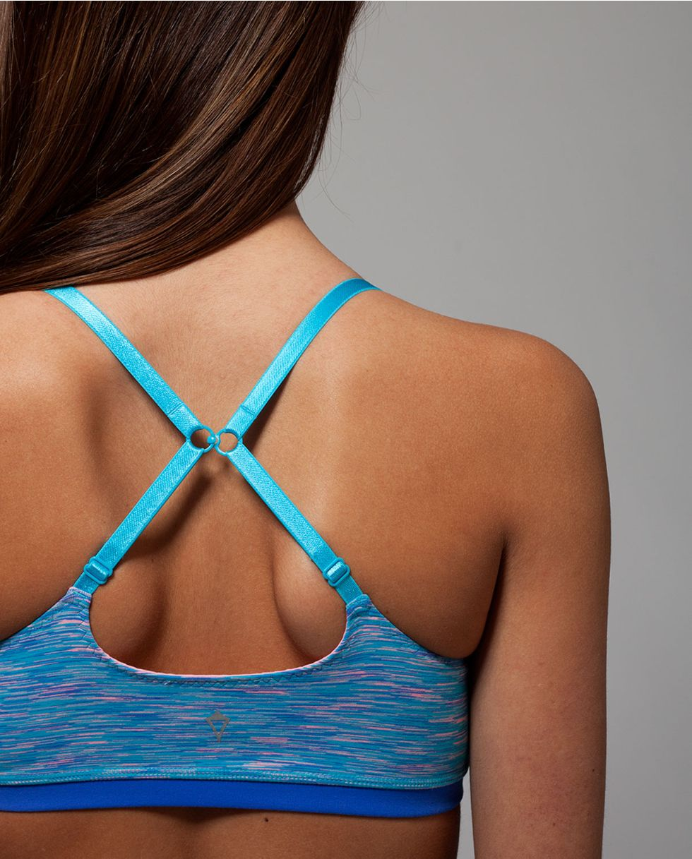 minimal seams and customizable straps will make this your favourite everyday  sports bra.  e43287407