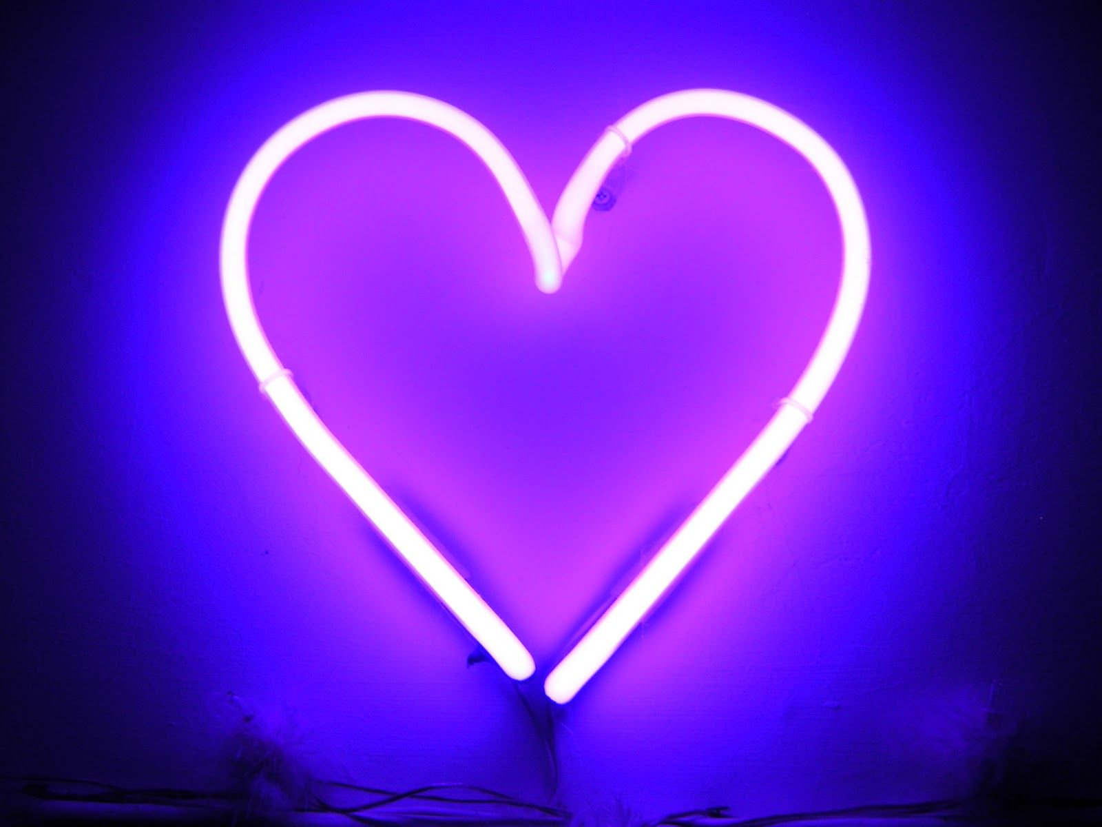 Say It With Neon This Valentine S Day Roxo Neon Coracoes Roxos