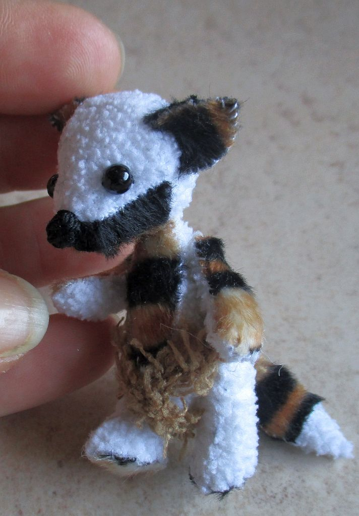 articolazioni snodate, realizzato con pelo, perline, lana