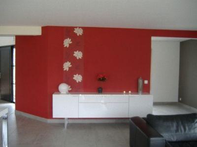 le rouge c 39 est chic et tendance le salon peinture mate et juste une bande de papier peint. Black Bedroom Furniture Sets. Home Design Ideas