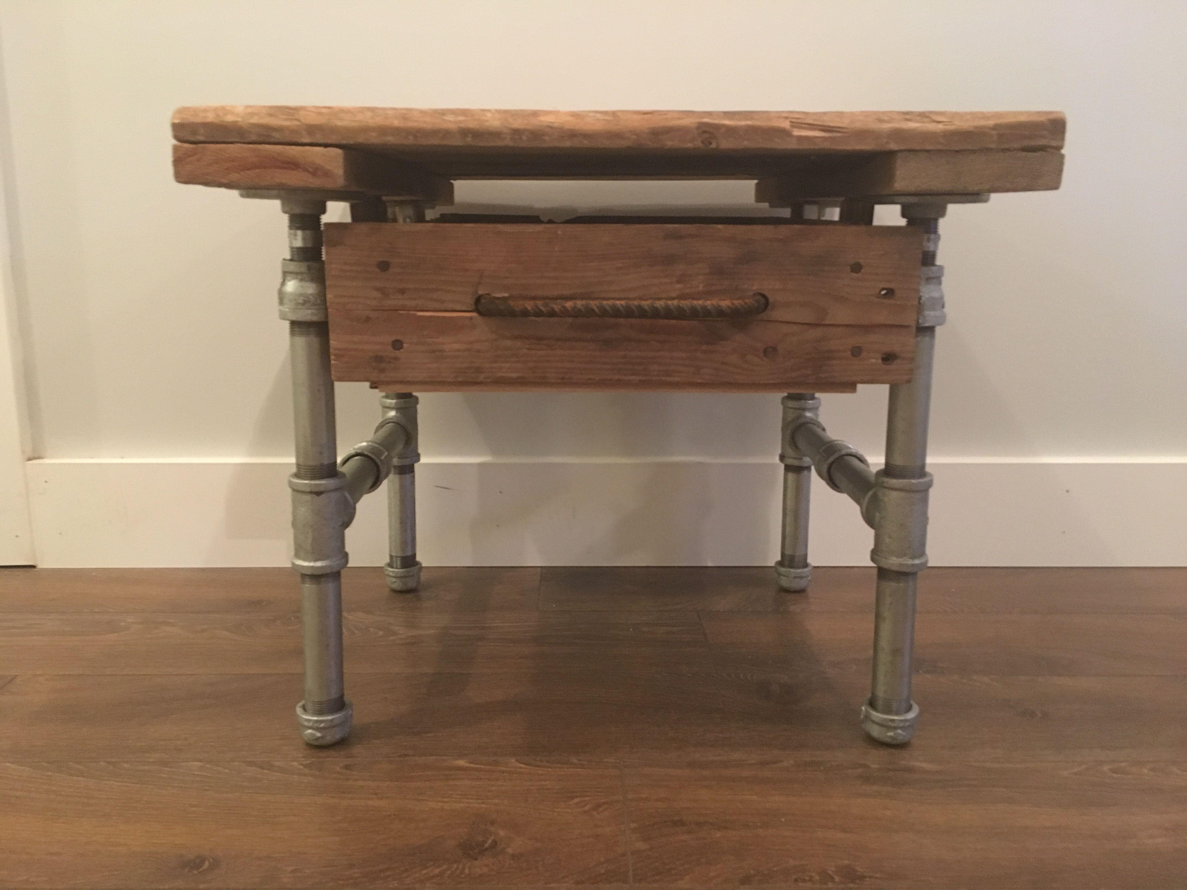 table de chevet en bois de palette et pattes en tuyau de plomberie en acier pallette. Black Bedroom Furniture Sets. Home Design Ideas