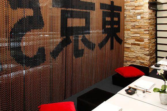 Helsinkiläisen Tokyo 55 -ravintolan modernia aasialaista tunnelmaa tukee Kriska-verhoilla sommiteltu logo. . Ravintolan sisustuksen ovat luoneet Talli Oy:n sisustusarkkitehdit Martti Lukander ja Oona Airas