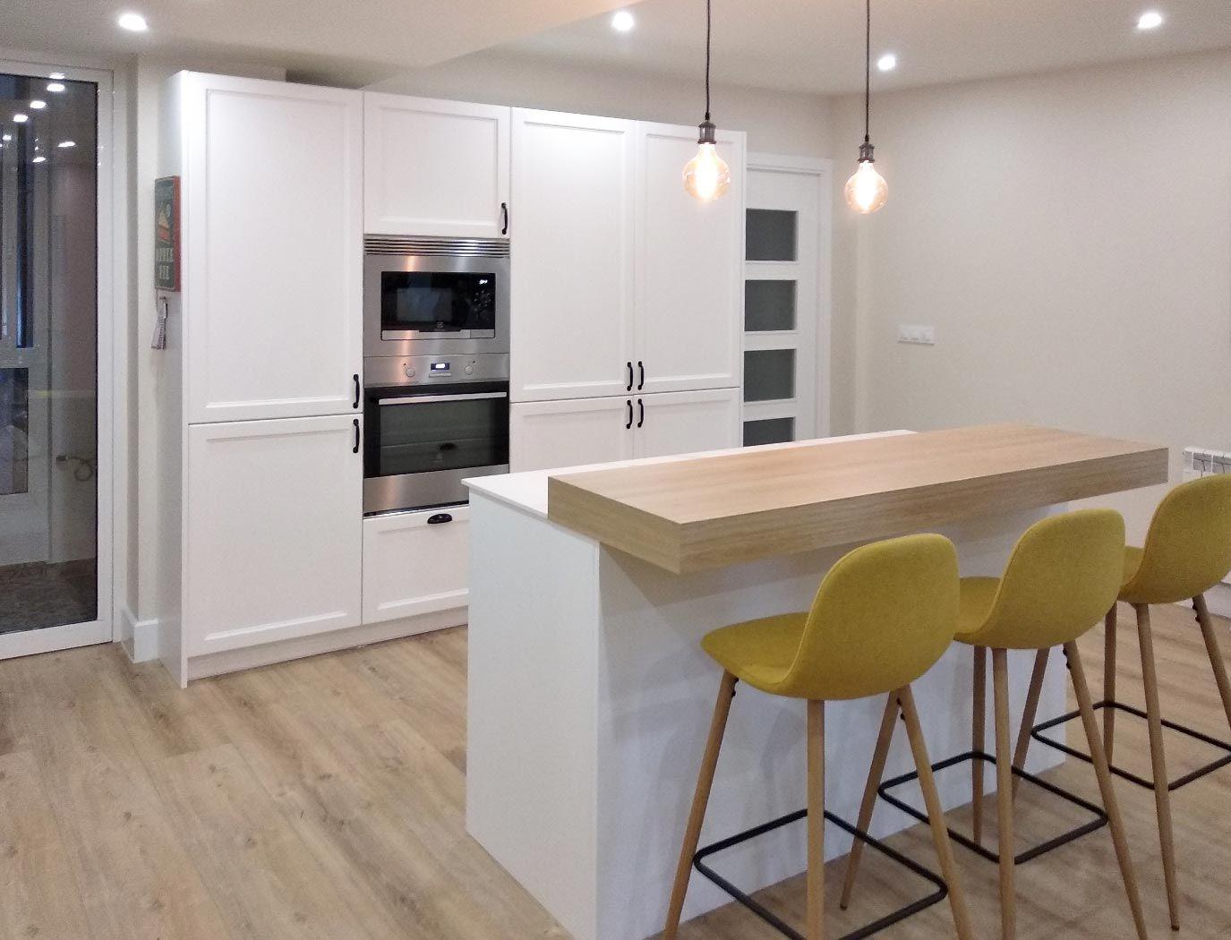 Cocina En Isla Con Frente De Muebles Columna Con Frigorifico Y Congelador Integrados Cocinas Abiertas Cocina Blanca Y Madera Cocinas De Casa