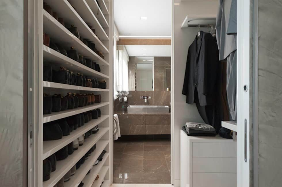 """Casa Joe - cabina armadio camera master - bagno master """"lui"""": Spogliatoio in stile  di studiodonizelli"""