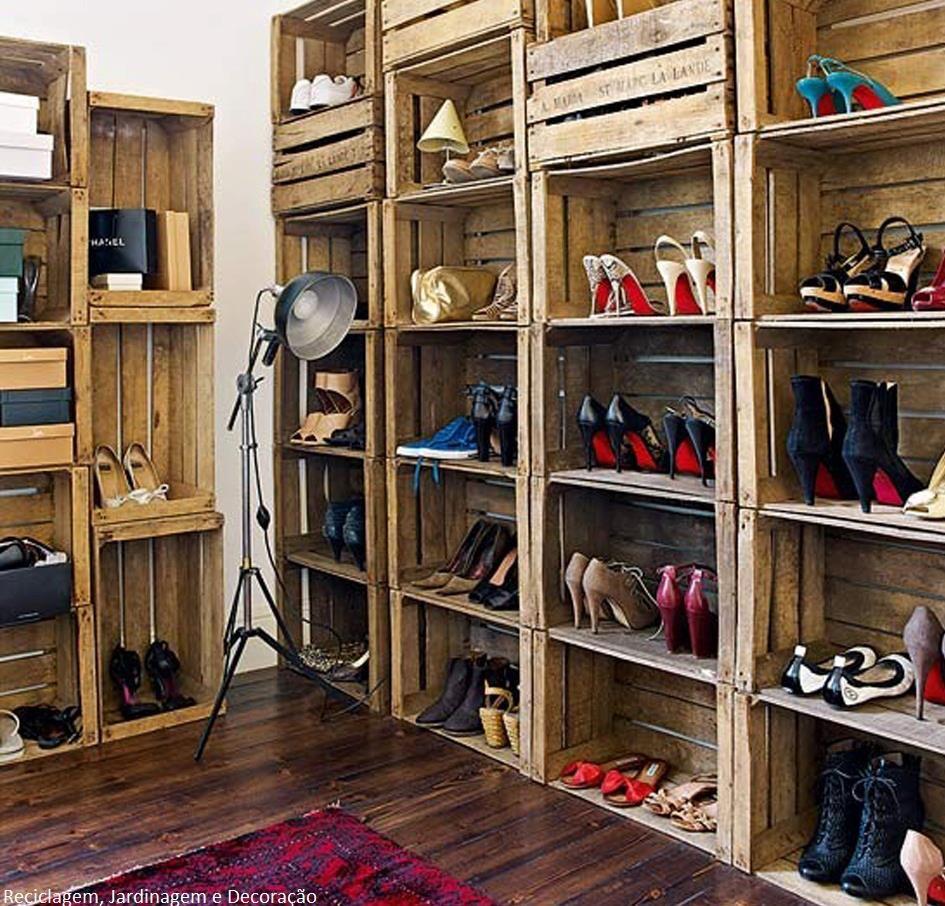 Para organizar os sapatos, caixotes de madeira foram reutilizados.