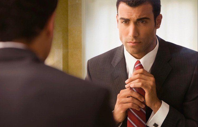 Une cravate parle de celui qui la porte. Complément vestimentaire  incontournable ccd5e1945ce