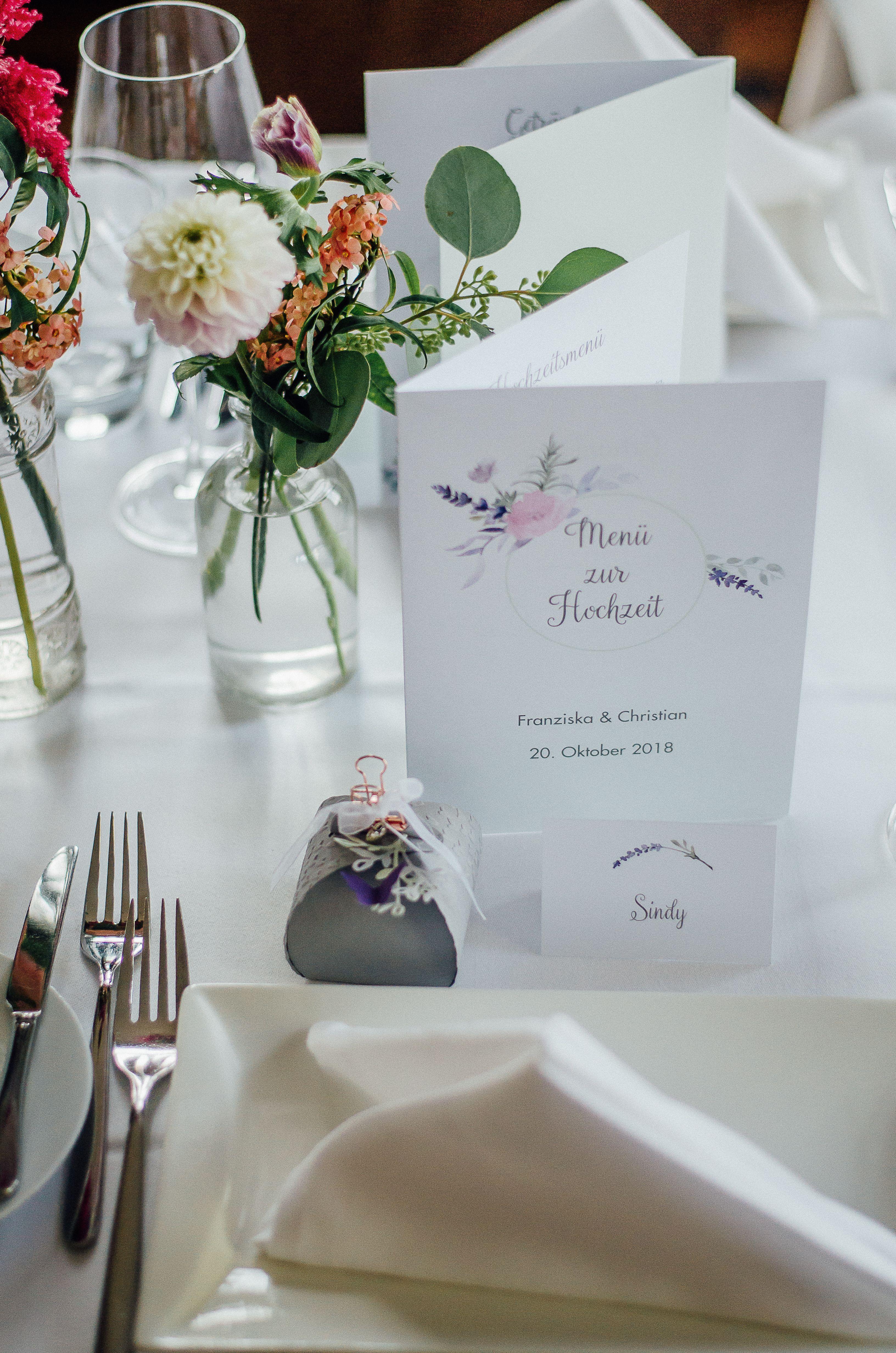 Zarte Hochzeitspapeterie Mit Hubscher Blumendeko Hochzeitsdeko Diy Hochzeitsfotografrheinmain Hochzeit Fotos Hochzeit Hochzeitsdetails