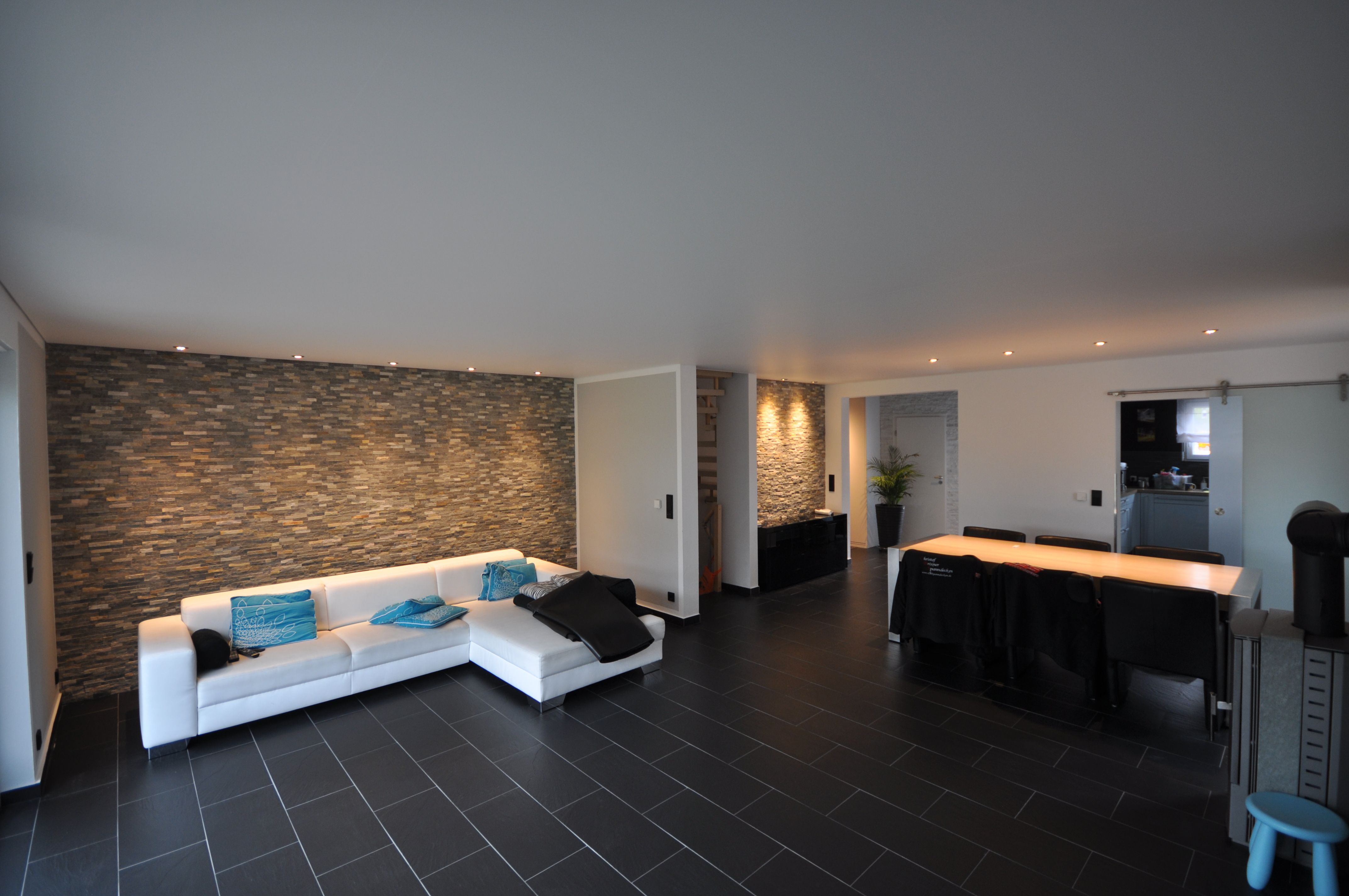 Wohnzimmer Renovieren ~ Wohnzimmer mit hochglanz spanndecke und led beleuchtung in der