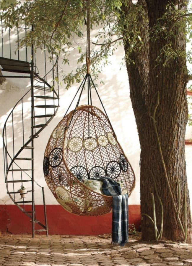 Elegant Hangesessel Korb Rattan Geflecht Outdoor Schatten Baum Pflaster