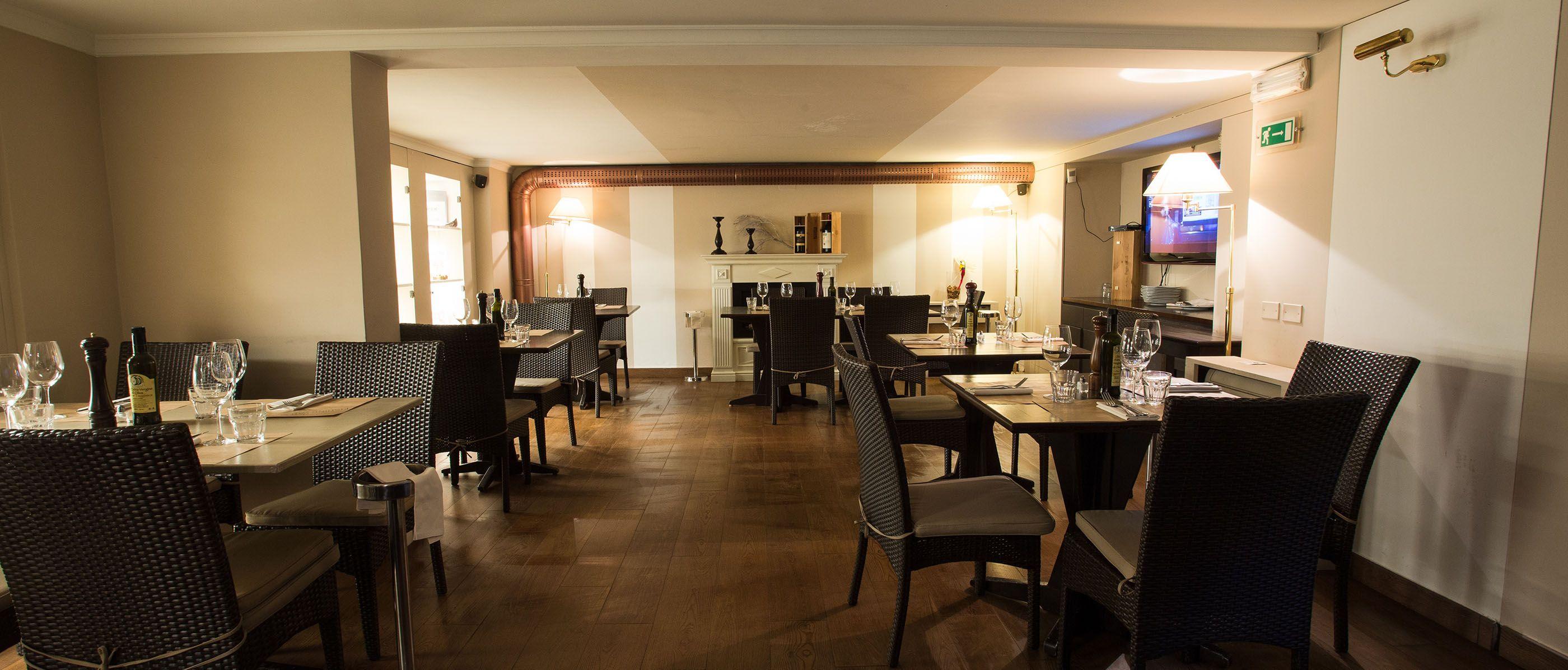 Sala al piano inferiore interni salone tavoli for Interni salone