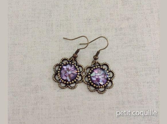 藤の花のような紫色の貝を封じ込めた、オリジナルパーツを使用したイヤリングです。 【素材】 ・メタルパーツ ・貝 【詳細】 ・装着時の長さ:2cm ・先端丸いパ...|ハンドメイド、手作り、手仕事品の通販・販売・購入ならCreema。