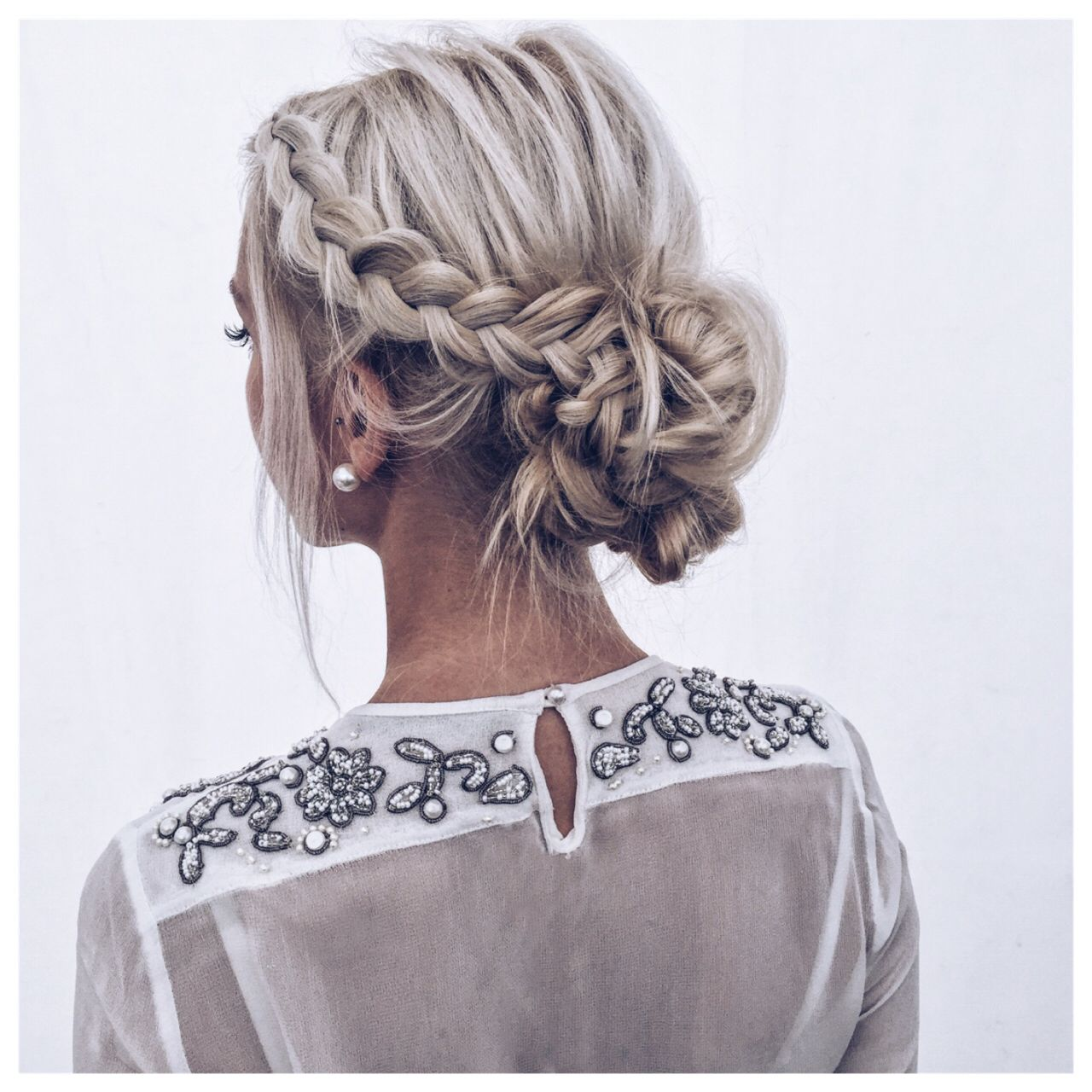 Hair style coiffure chignon , blonde , tresses, mariage
