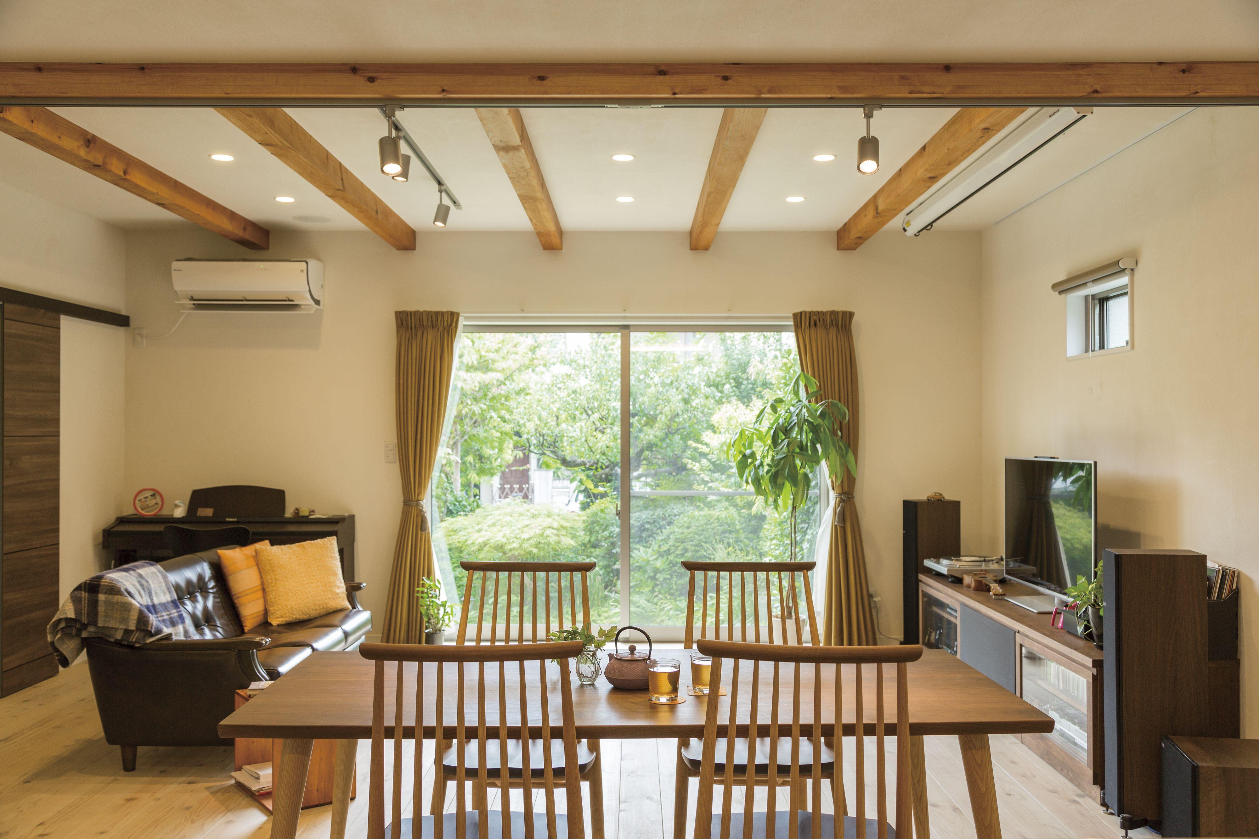 リビングから見える窓の外は緑でいっぱい 二世帯住宅 リビング インテリアデザイン