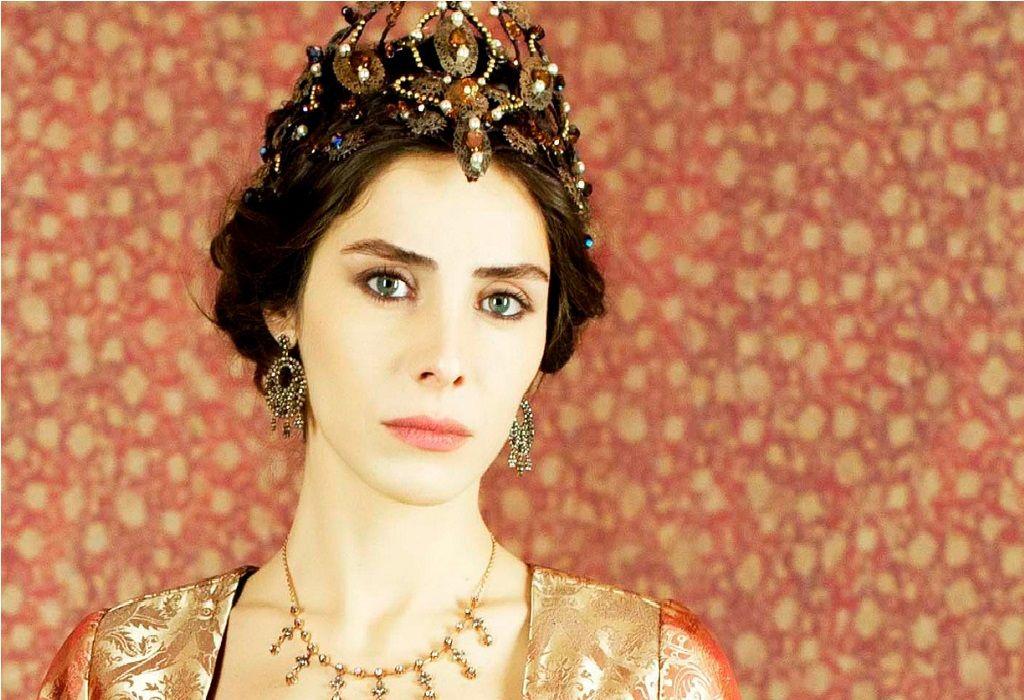 ما الذي دفع النجمة التركية نور فتاح أوغلو لاعتزال التمثيل Interesting Faces Crown Jewelry Image