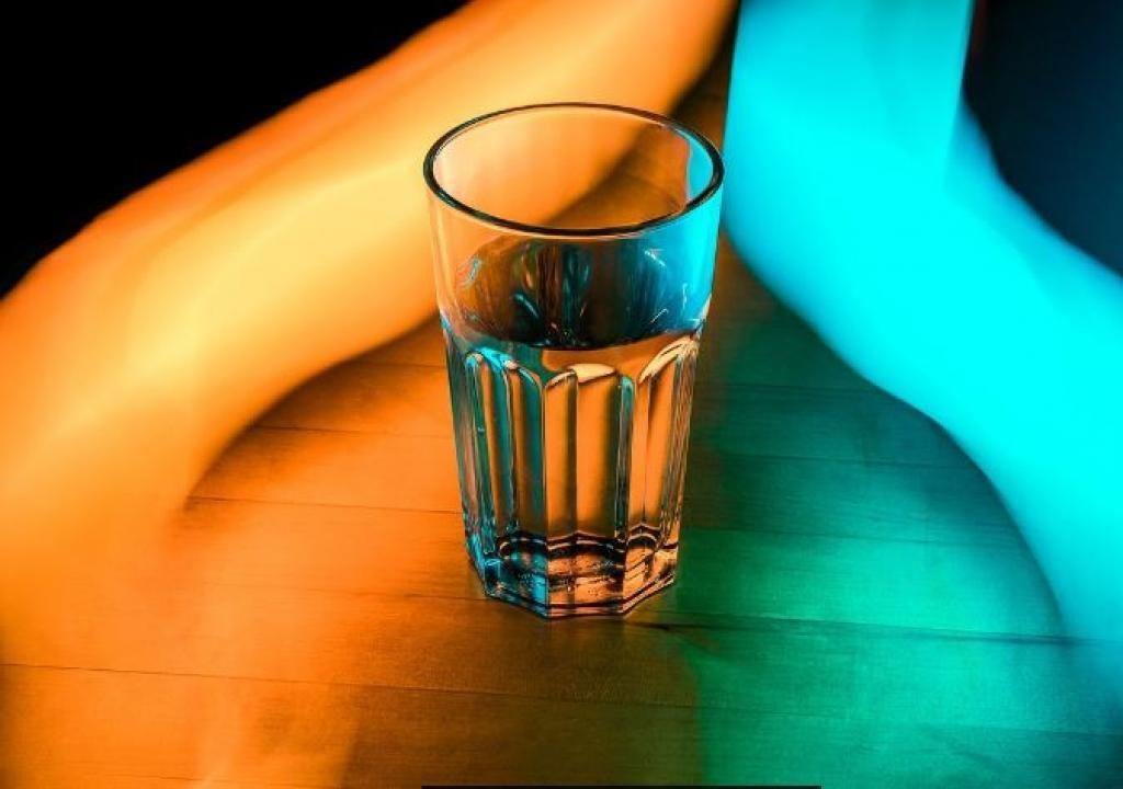 Elle place un verre d 39 eau sal e dans le coin d 39 une pi ce - Place du verre a eau sur une table ...