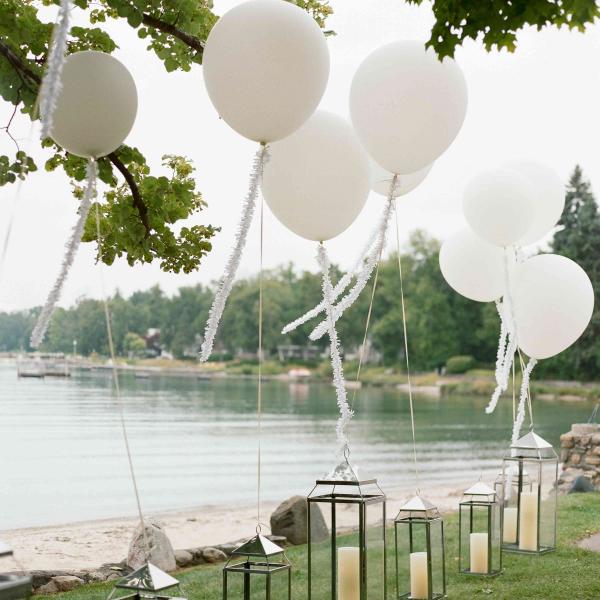 Ballonkarten Fur Die Hochzeit Weisse Ballons Schone Deko Am Hochzeitsort Hochzeit Draussen Gartenparty Hochzeit Hochzeit