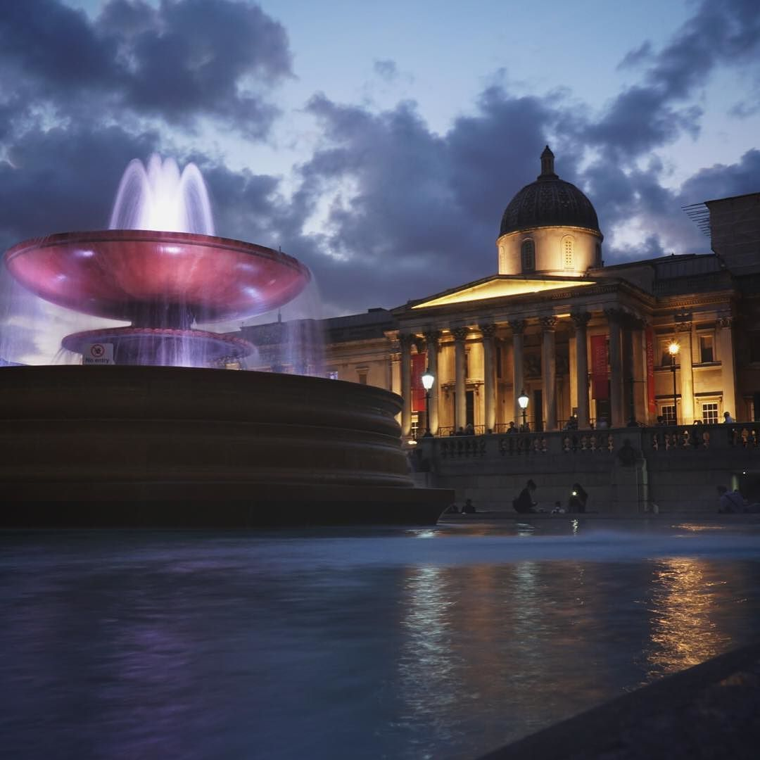 Trafalgar Square By Night Love How It S Surrounded By Different Monuments And Is A Great Place To People Watch The Travel Inspiration Great Places Monument