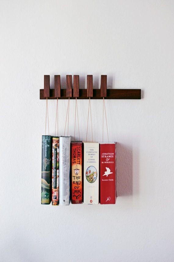 Il sagit dune annonce pour un MINI fait main suspendus étagère à livres en noyer. Le panier est livré avec un ensemble de 6 broches/signets. Les