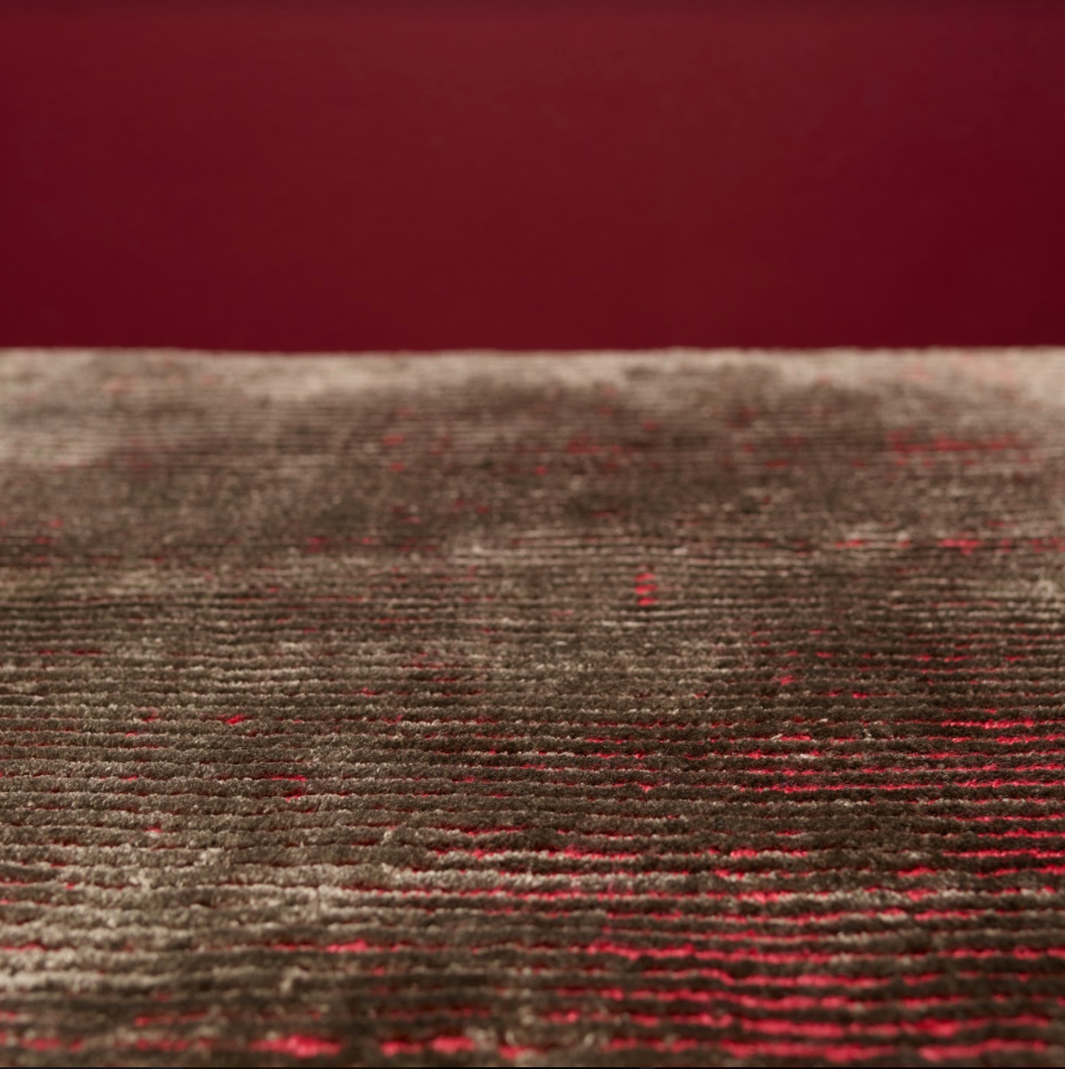 We draw inspiration for our shades of red from Bram Bogart! The brown with a hint of red is an excellent choice if you want something more subtle.   #interiordesign #luxuryinteriordesign #luxuryinteriordesignin spiration #happyfeet #furniture #room #roomcolors #roomdesign #luxuryhomedesign #homedecorcolors #bomat #luxurycarpetprojectpictures #luxuryinspiration #creativeinspiration #artistinspiration #creativearts #redcarpet