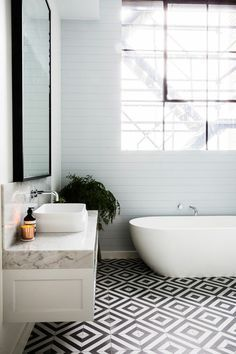 toilette noir et blanc carrelage chevron - Recherche Google ...
