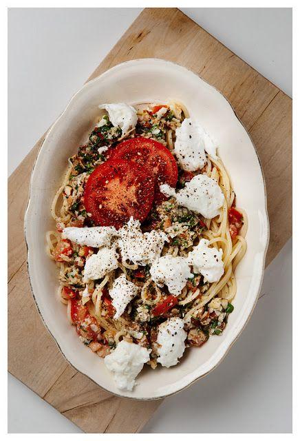 """Red pasta pesto - På min café kan man få serveret """"familie-mad"""" på større fade, ligesom derhjemme - bare serveret ;)"""