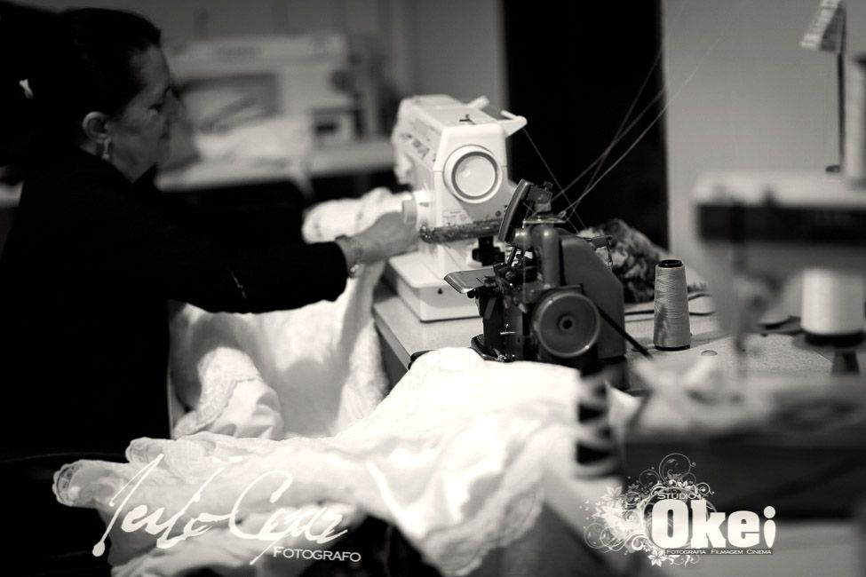 custurando o vestido da noiva