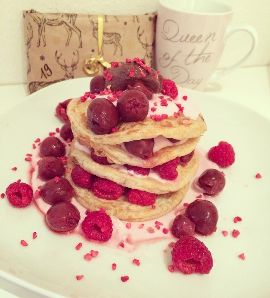 """Und zum Frühstück gibt es jetzt Proteinpancakes mit #skyr und #sweetella  Dazu eine Folge The Originals im Bett und danach backe ich Oreo-Plätzchen und Vanillekipferl Einkaufen muss ich auch noch und mich dann für heute Abend fertig machen. Es steht wieder eine Weihnachtsfeier an dieses Mal mit der großen Familie. An Heiligabend sind wir dann """"nur"""" zu acht. Rezept Pancakes: 40g Vollkornmehl 25g Whey (meins ist von @gymqueen.de - das von MyProtein schmeckt mir auch sehr gut) 1 Eiklar 5g…"""