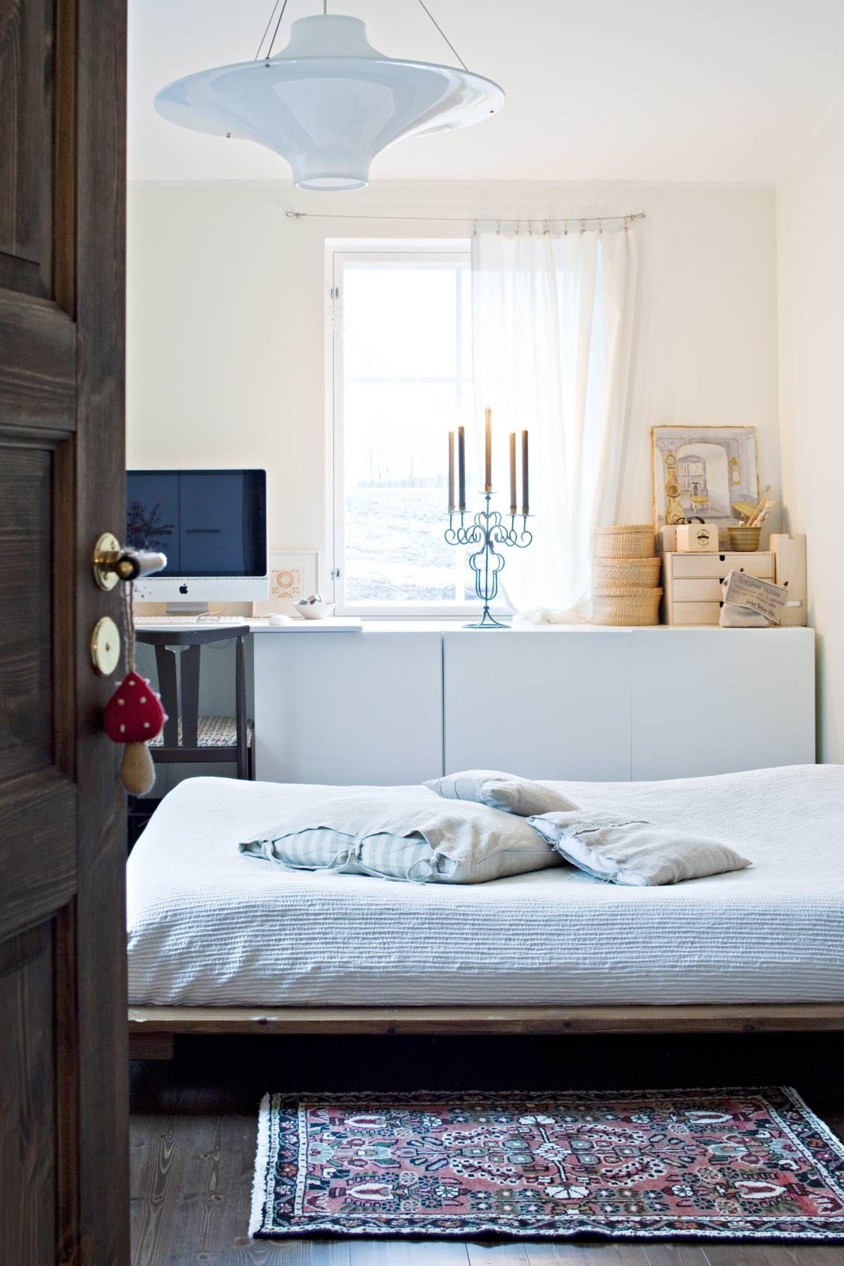 Makuuhuonetta valaisee Yki Nummen Lokki, jonka Kirsi-Marjan äiti on ostanut nuorena. Mummilta ja vaarilta peritty vanha taulu on löytänyt paikkansa nurkasta Ikean Bestå-kaapiston päältä. Myös vanha tuoli on mummilta ja vaarilta, Kirsi-Marja on päällystänyt sen.