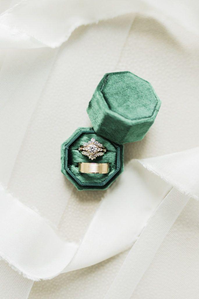 Eine elegante Hochzeit im Winterwunderland mit einem Hauch von Smaragdgrün || Ringschachtel   – Engagement and Wedding Rings #TheCoordinatedBling