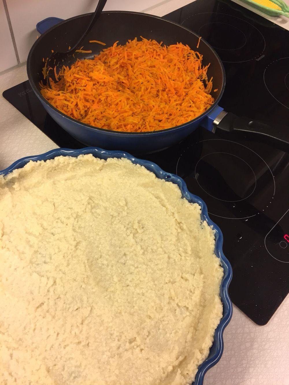 1. Skala o riv morötter, stek med basilika o salt el buljongtärning. Gör pajdeg, jag kokar hirs m vatten o salt för en glutenfri. Grädda pajskalet, 200 grader