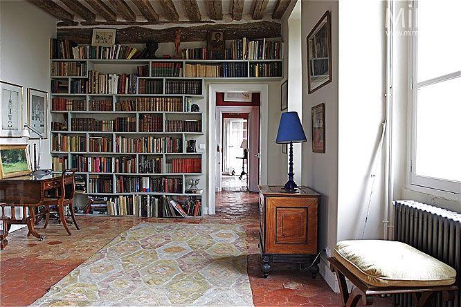 bibliothque dans salon sol rougetomette rougemaison salondco - Decoration Maison Avec Tomettes
