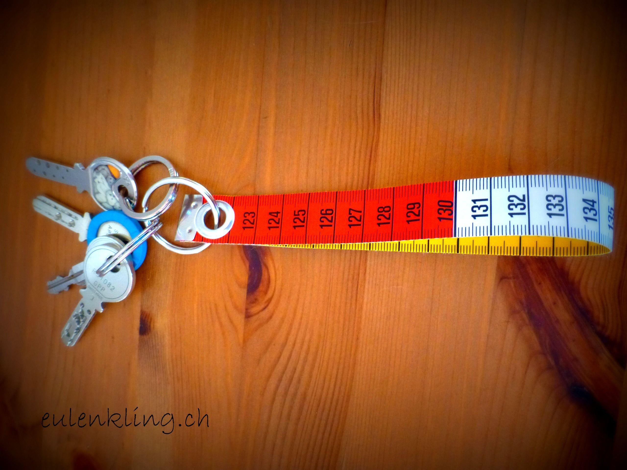 Schlüsselanhänger aus einem Rest Centimeterband http://eulenkling.blogspot.ch/2014/02/minirums-schlusselanhanger-fur.html