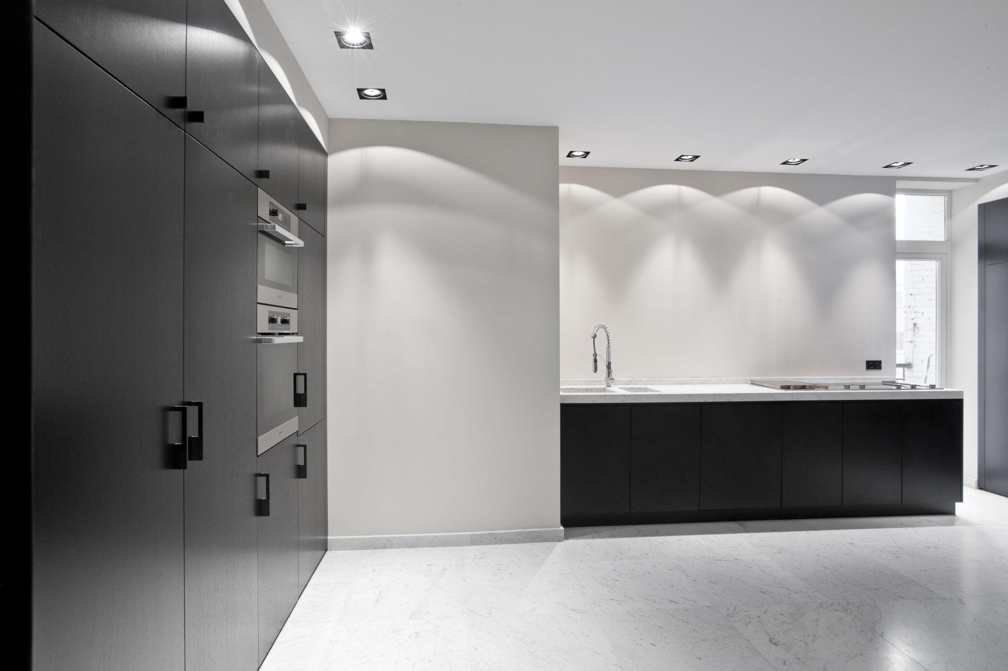 Une cuisine grande et uni par Alessandra Home Interiors !   Cuisine, décoration d'intérieur, tendances déco   Pour voir d'autres astuces en design : brabbu.com/products
