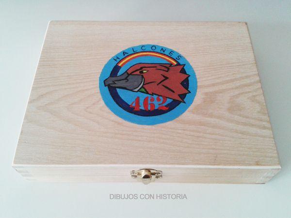 """Caja decorada con el emblema del 462 escuadrón """"Halcones"""" del Ejército del Aire (España)."""