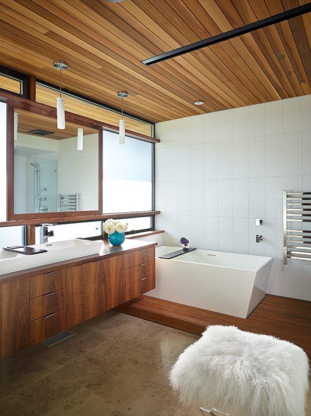 Wohnliches Bad Mit Holzverkleidung An Der Decke Wandschränke Hängend