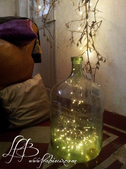 luminaire de noel Luminaire de Noël, une guirlande électrique dans une dame jeanne  luminaire de noel
