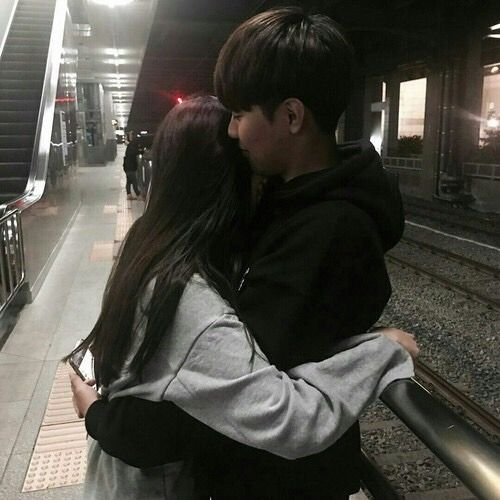 Pin By Margherita On Couple Material Ulzzang Couple Couples Hugging Couple