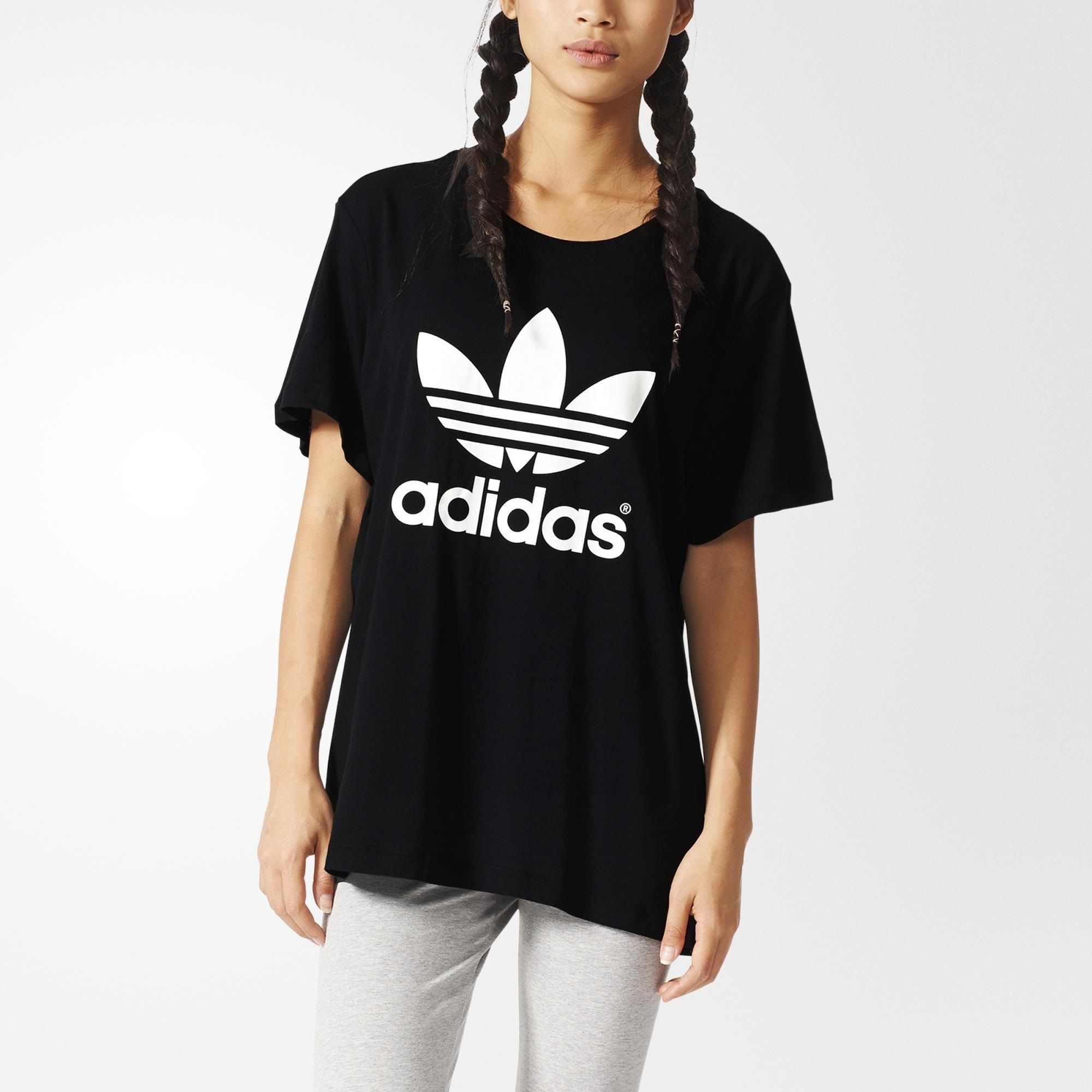 adidas style in a relaxed boyfriend fit. This women's t-shirt features a  rubber