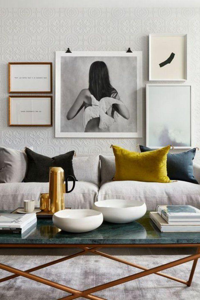Taube Und Frau In Grauer Farbe, Ein Blauer Tisch Zwei Bilder Mit  Aufschriften, Wohnzimmer