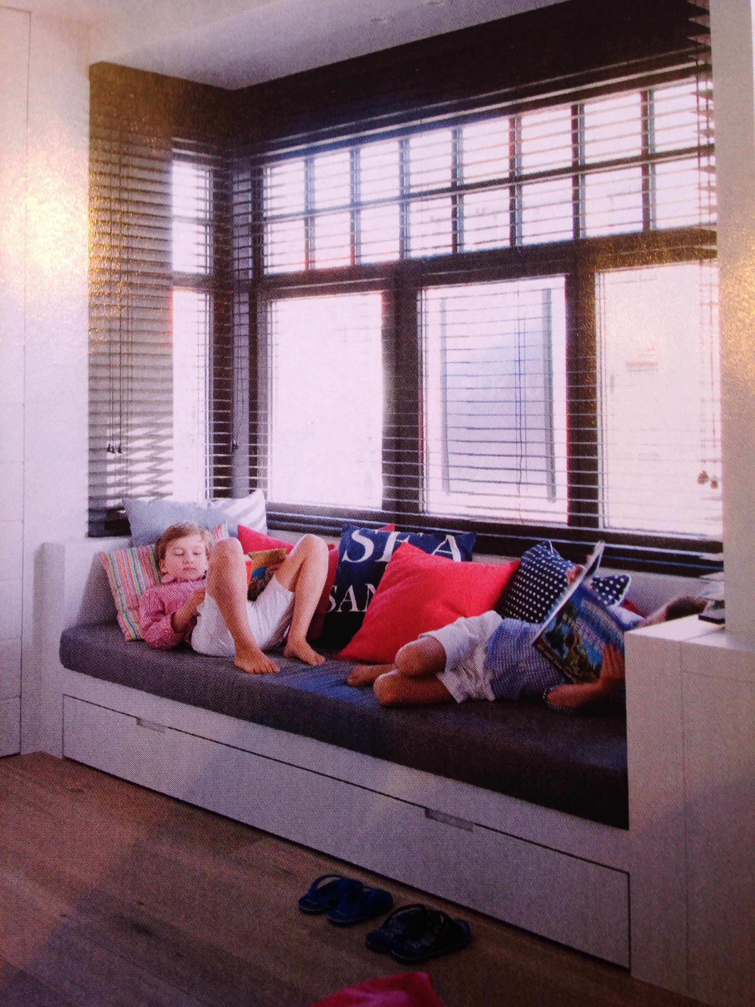 Opbergruimte erkerbank en donkere kleur muur mooi contrast met wit home pinterest serre - Coin bureau ontwerp ...