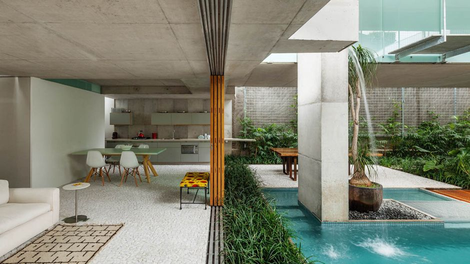 São Paulo; Wochenendhaus von Angelo Bucci von spbr arquitetos mitten in der Stadt.